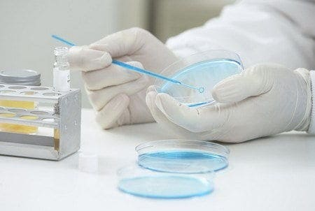 fiolka labolatorium dlonie ojoimages cr