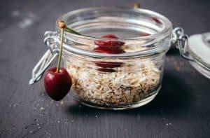 燕麦粥和樱桃酱