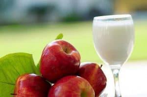 红苹果和牛奶在杯子里