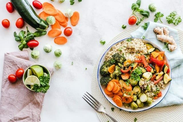 健康的食物,一盘的糁和蔬菜