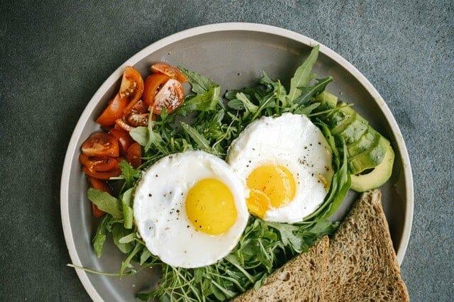 营养菜--煎蛋、蔬菜、全麦面包。