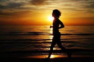 女人在海边跑步
