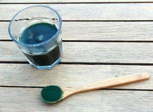 小球菌在勺子上和玻璃杯中