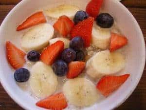 香蕉配草莓和蓝莓