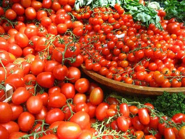 碗里放很多番茄