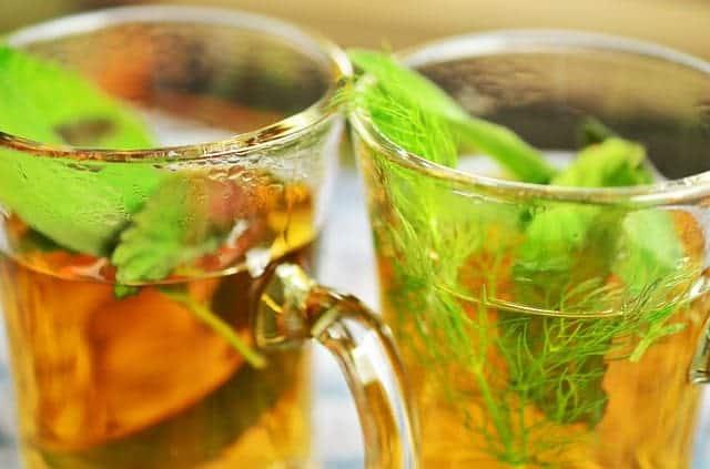 玻璃杯里的草药茶