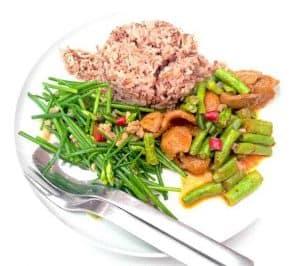 糙米饭和蔬菜的健康减肥菜。