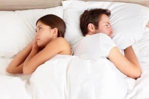 一个男人和一个女人在床上