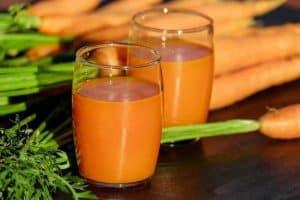 胡萝卜汁装在杯子里