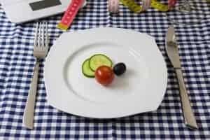 黄瓜、西红柿和橄榄片放在盘子里。