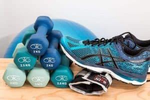 哑铃和运动鞋