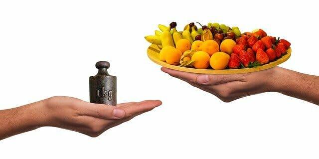 砝码和一盘水果