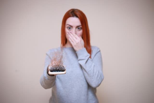 妇人看梳子,满头秀发