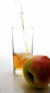 苹果和苹果醋在一个玻璃杯里。