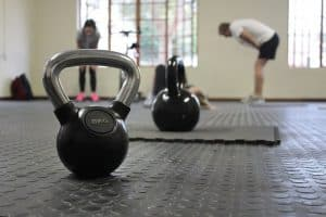 哑铃在健身房的地板上