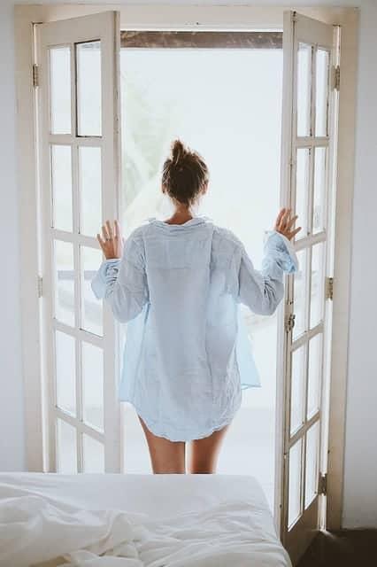 女人站在敞开的门边