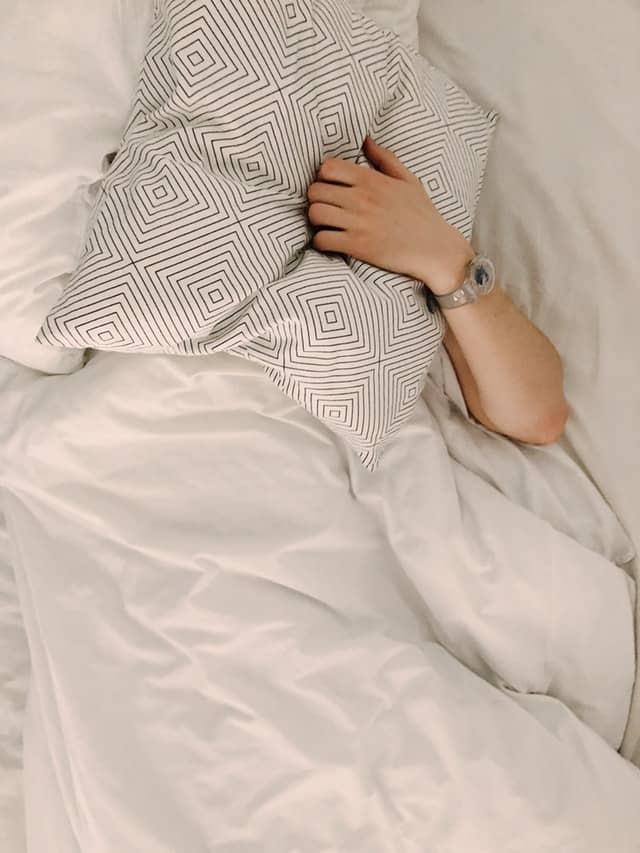 男人用枕头捂着