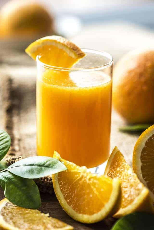 橙汁在玻璃杯中
