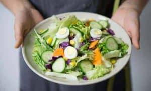 健康蔬菜沙拉与鸡蛋