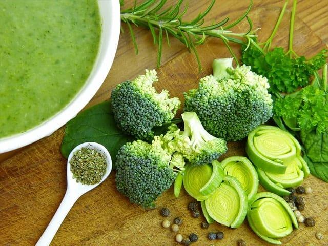 汤、西兰花和韭菜上桌了