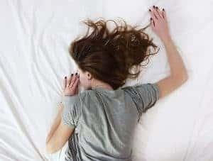 女人睡在床上