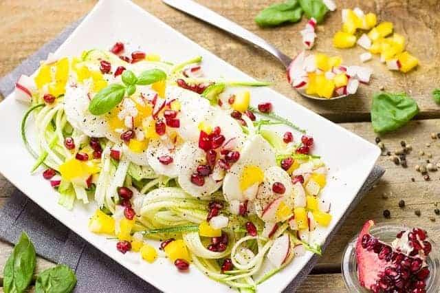 健康的蔬菜和鸡蛋沙拉在你的盘子里