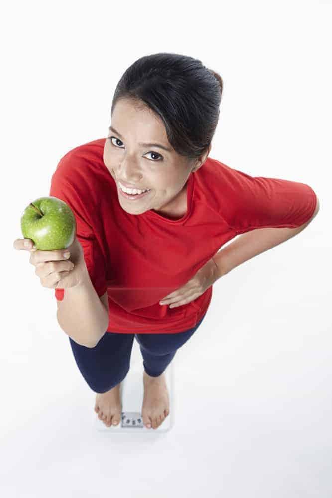 妇人手捧苹果