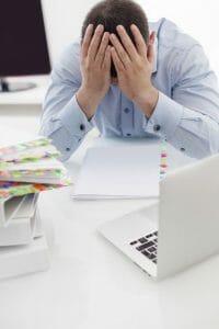 一个疲惫的男人在他的办公桌前