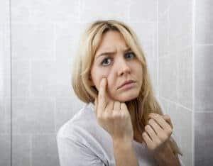 女人照镜子