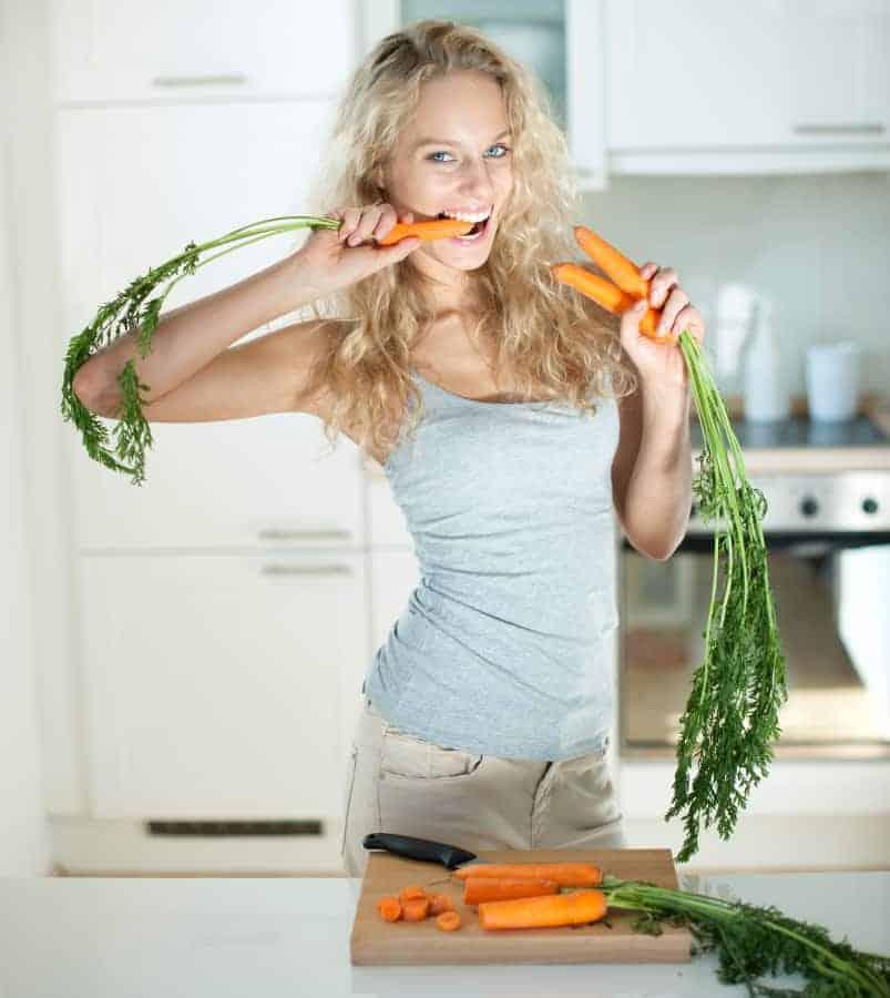 女人吃胡萝卜