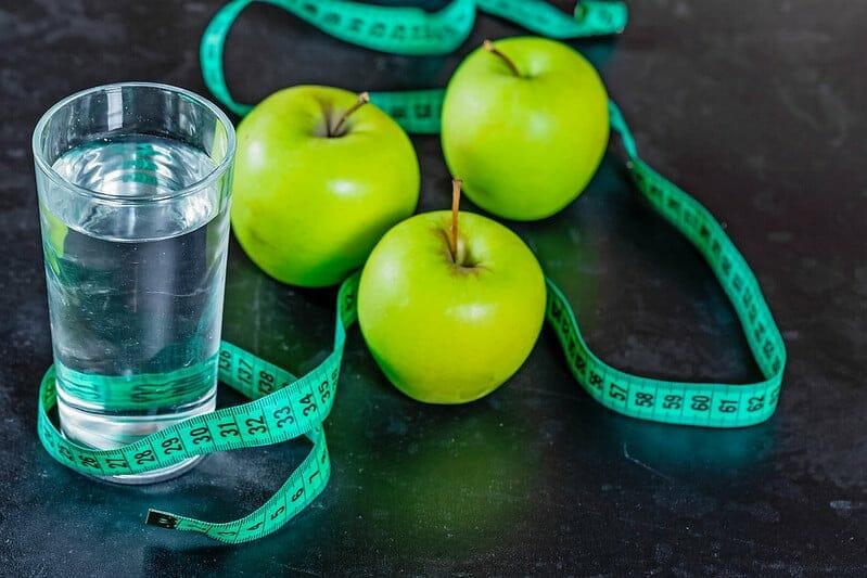 一杯水、青苹果和一把尺子。