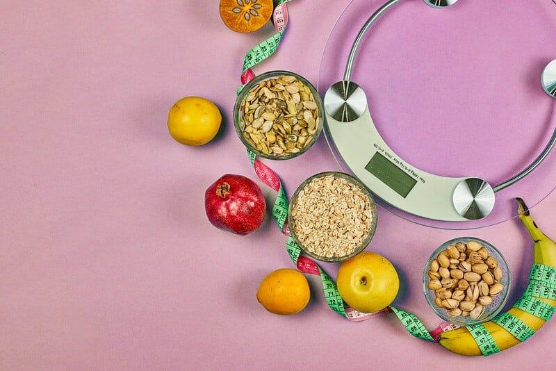 厨房秤和健康饮食食品(谷物,水果)。