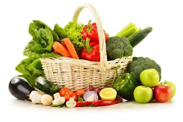 蔬菜在一个柳条篮子里