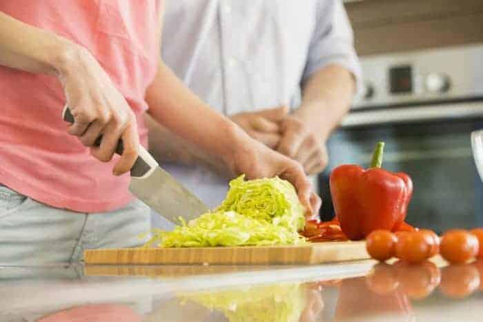 女人切白菜