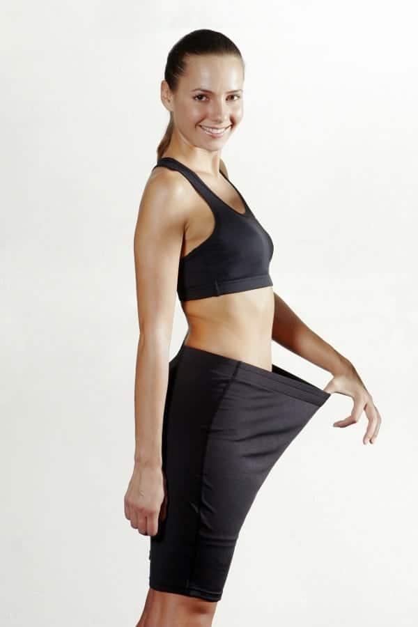 女人显示她失去了多少重量