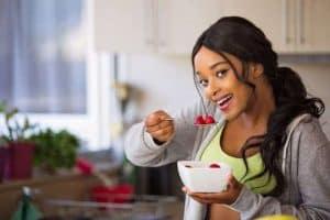 女人吃水果