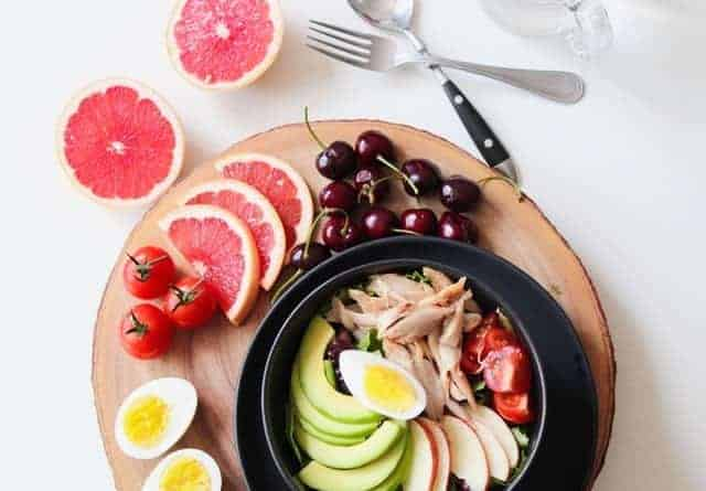 蔬菜沙拉配鱼蛋水果
