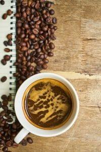 咖啡豆和咖啡在杯中
