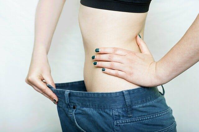 女子穿大了好几号的裤子,体重下降了
