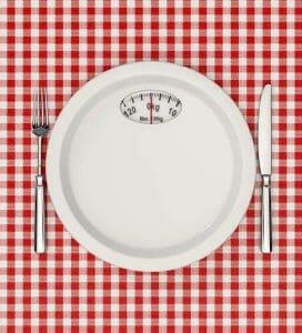 桌上有刻度盘和餐具。