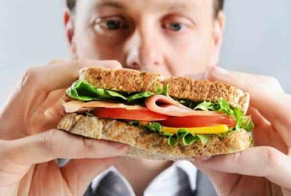 人吃三文治