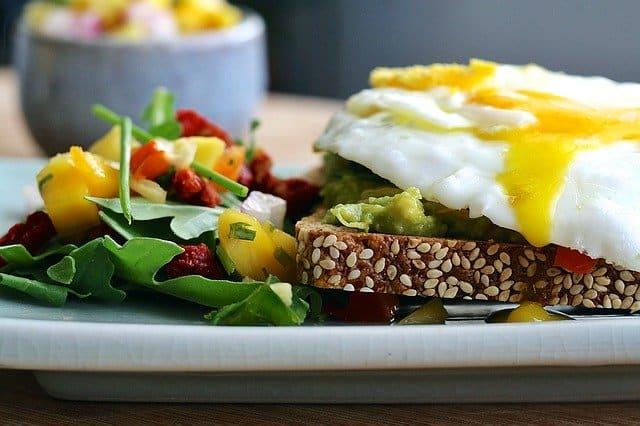 生热饮食,全麦面包,鸡蛋,蔬菜。