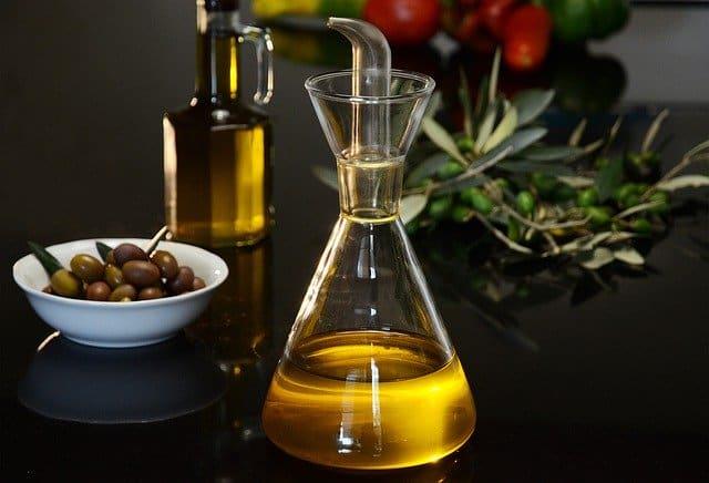一瓶橄榄油和青橄榄。
