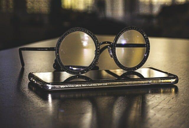 躺在智能手机上的眼镜