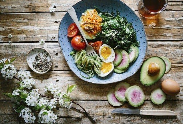 饮食的大脑,健康的膳食,鸡蛋,牛油果,菠菜。