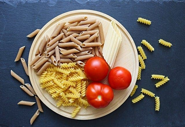 意大利面和西红柿放在碗里