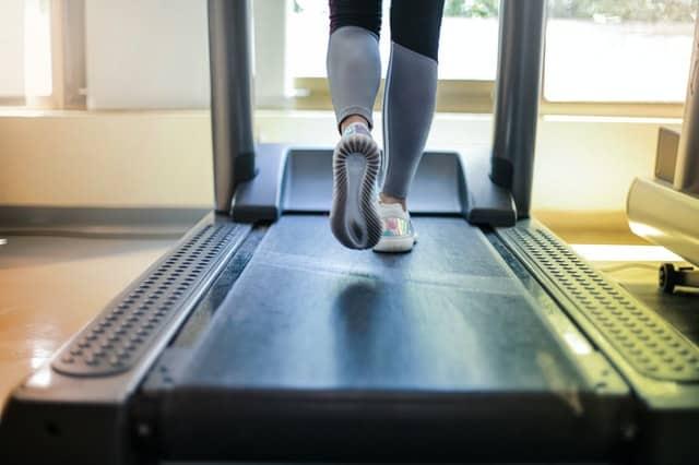 女子跑步机上的运动