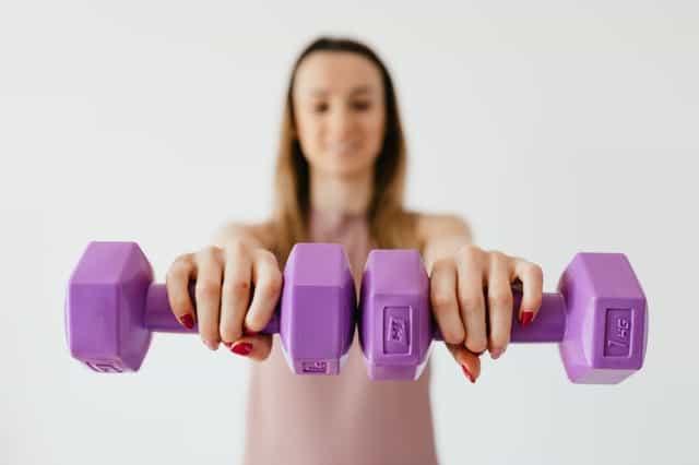 女人练习用哑铃