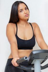 女子健身车上锻炼