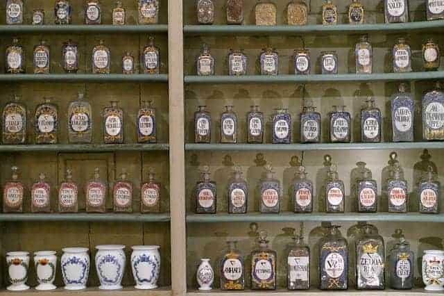 药店货架上的瓶装药材。